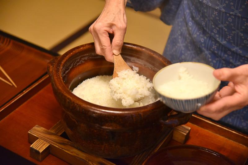 土鍋で提供される近江米は炊きたて。おかわりもできる。味噌汁にはシジミ