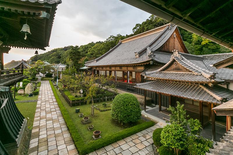 徳川家康が幼少期を過ごした「清見寺」。瓦などに三葉葵が施されている