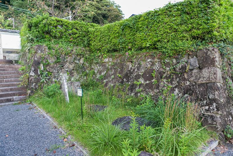 清見寺の始まりとなった清見関跡には杭を据えた礎石が残っている