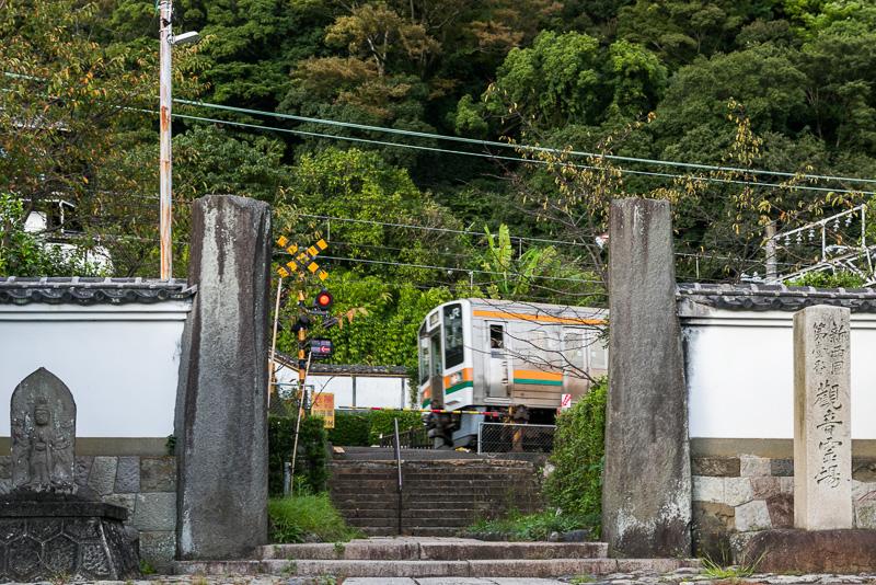 1889年に東海道線が開通し境内の一部が線路となったため、境内を東海道線が走る