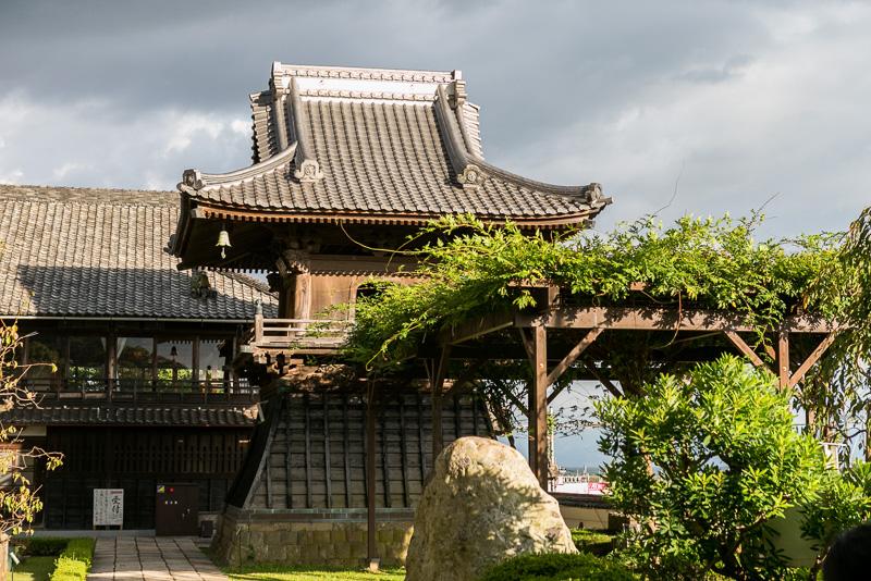 1314年に鋳造された梵鐘が納められた「鐘楼」
