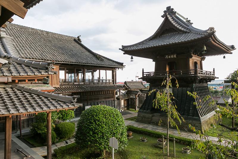 朝鮮通信使の扁額「瓊瑶世界」。瓊、瑶とも美しい玉で、清見寺は景色がよく美しいところを表している。また、日本と朝鮮の友好の証とも言われている