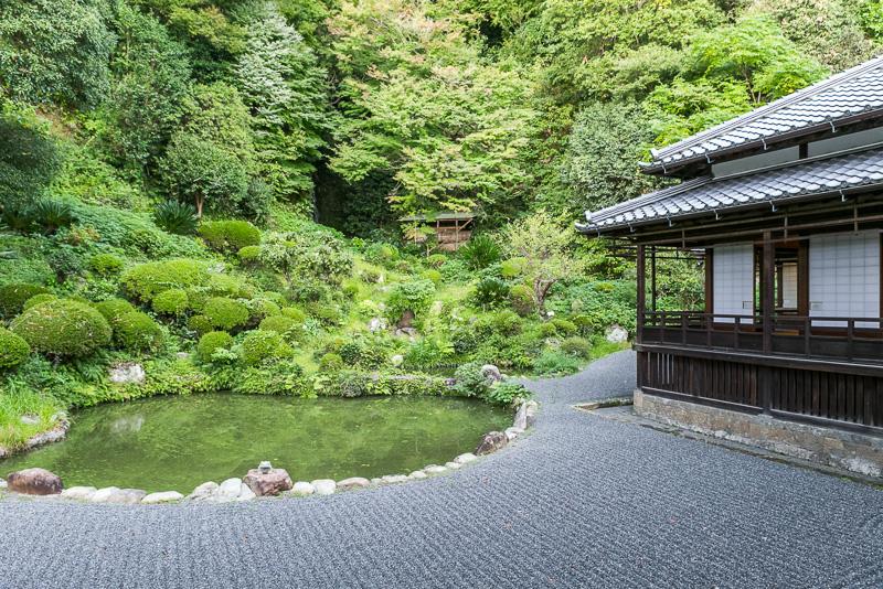 名勝庭園(国指定名勝)は屋内から鑑賞する目的で自然傾斜地を背景としている