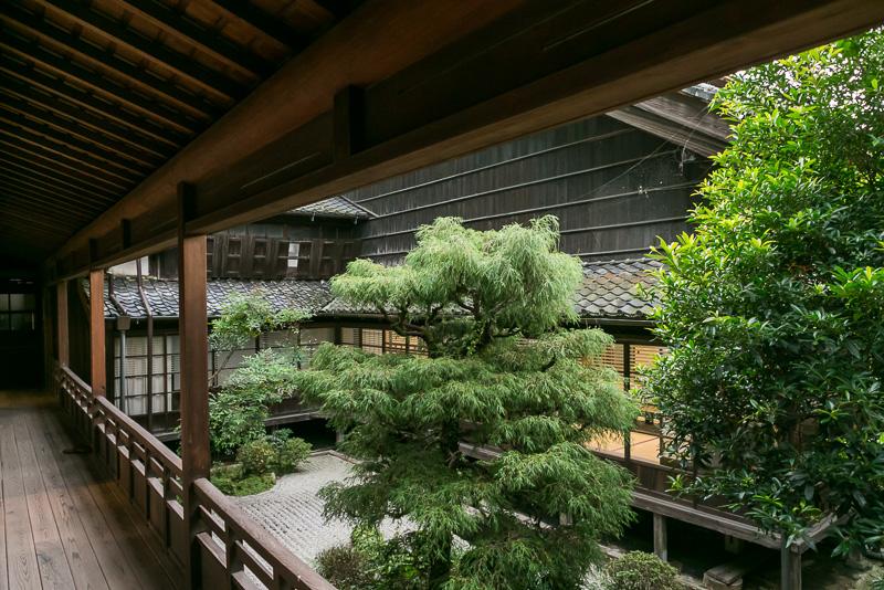 廊下や中庭なども昔の姿を残している
