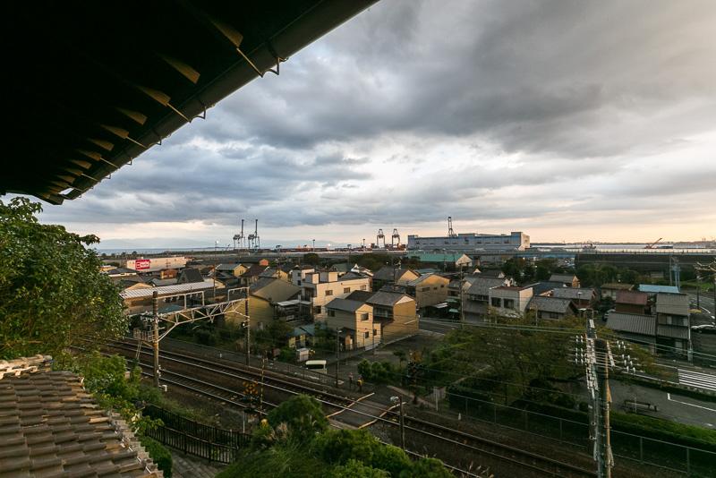 眼下に東海道本線、奥に東海道があり、昔は近くまで海であった。港湾施設が発達したため見えにくくなったが、奥に三保の松原が見える