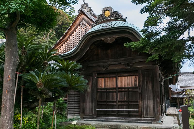 「大玄関」徳川家康の三女静照院が寄進したもので、天井板には清見関の古材が使用され、鎌倉時代の梶原景時一族の清見関の戦乱の跡を伝えている