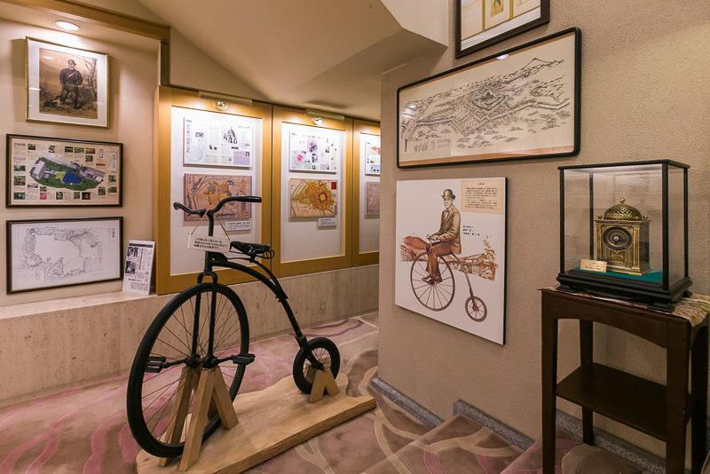 「浮月楼」館内には「慶喜公歴史コーナー」が常設されている。自転車は慶喜が使用していたものと同時期のもの
