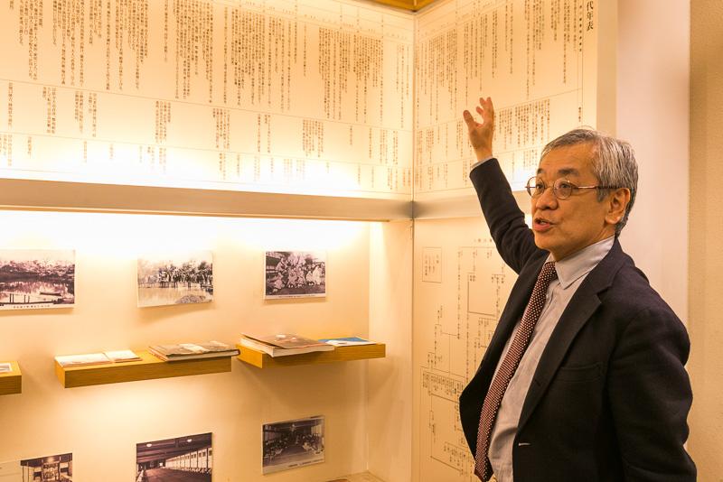 年表の解説をする浮月楼代表取締役社長の久保田隆氏