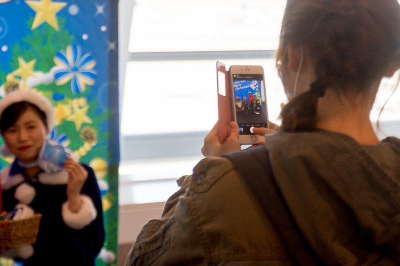 サンタクロースやトナカイと記念撮影をする親子連れも