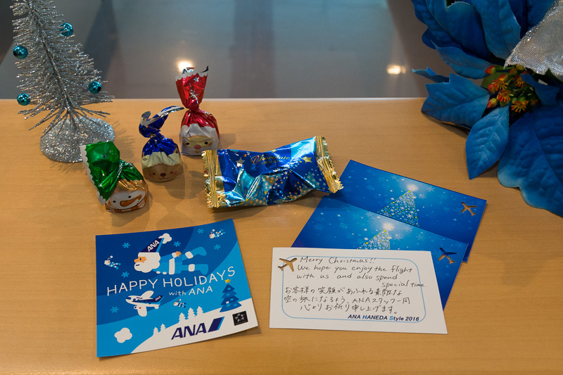 手書きメッセージ入りのクリスマスカードや特製シール、お菓子、空港で働くクルマを紹介したミニブックをプレゼントした