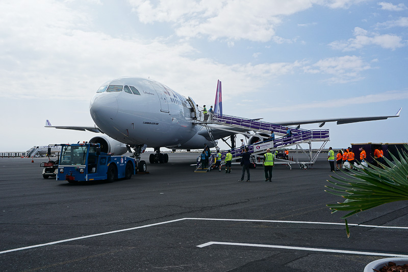 機材はエアバス A330-200型機を使用。コナ空港ではタラップから降りてそのまま目の前のターミナルまで歩いていく