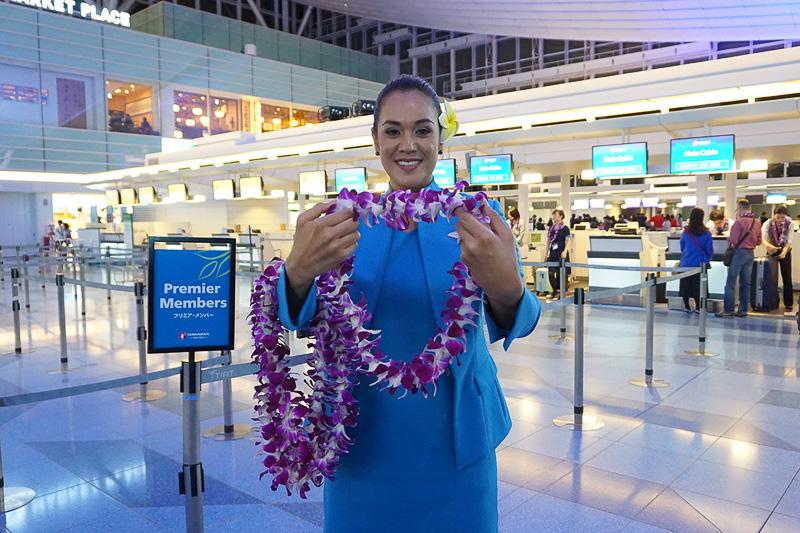 19時と空港に早く着いたので先にチェックインを、と思ったら、レイを持ったハワイアン航空の方がいらしてびっくり