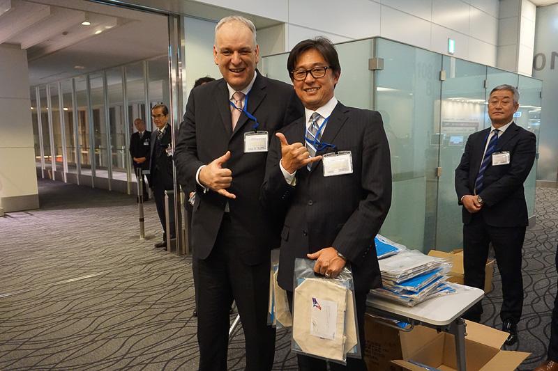 ハワイアン航空のグローバルセールス・アライアンス部門上席副社長のテオ・パナジオトゥリアス氏と日本支社長の宍戸隆哉氏は記念品を手渡していた