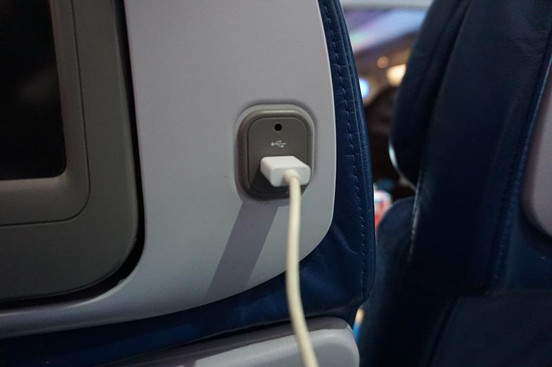 シートモニター脇のUSBポートはスマホやタブレットの充電にさりげなく便利