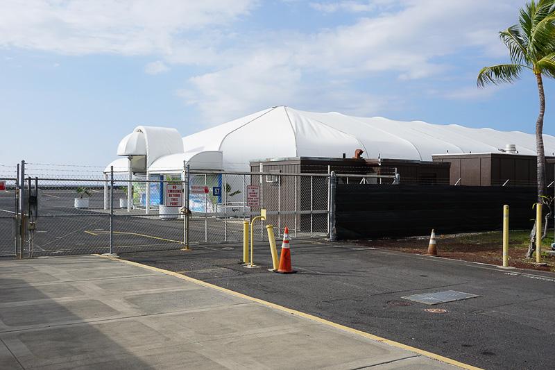 羽田から到着した場合はこちらのテント状になっている施設に通される