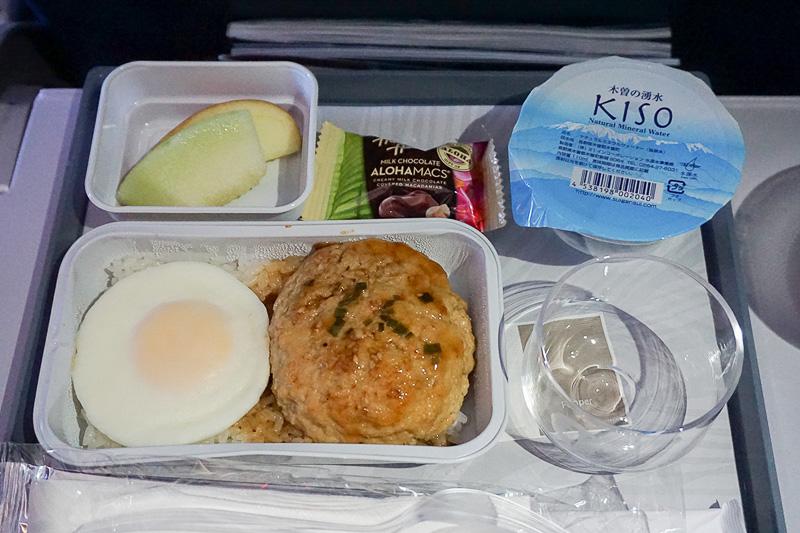 朝食として出されるポークハンバーグのロコモコ