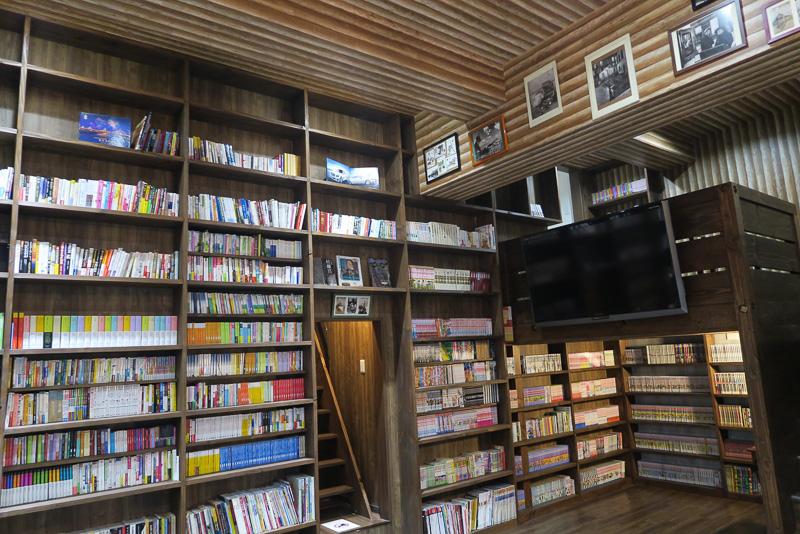 ゲストハウスわさび大阪Bed and Libraryの共有スペース。5000冊の書籍が本棚に並ぶ