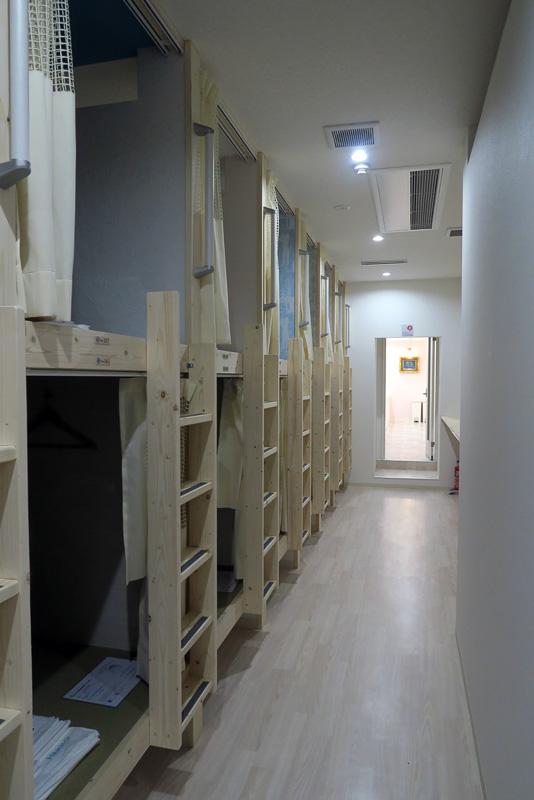 ドミトリースペース。上下2段で居住スペースが作られている