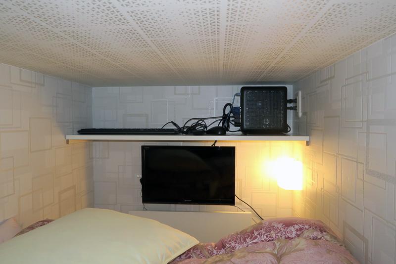 テレビ・PC付きの部屋。壁掛けの小型液晶テレビをPCのディスプレイとしても使う