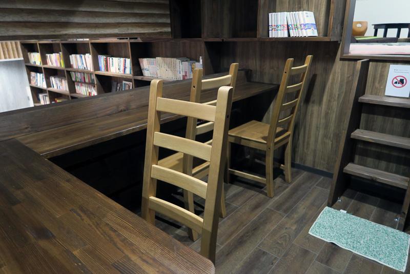 共有スペースに置かれた机と椅子。右奥にロフトスペースも見える