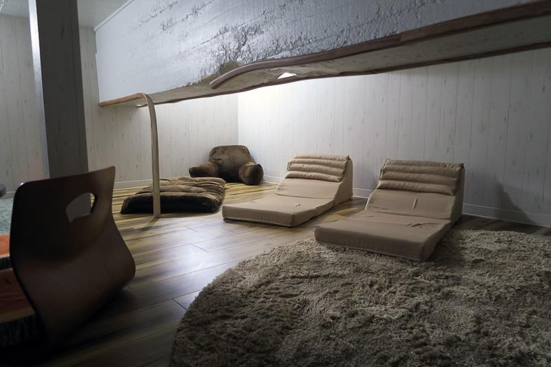 共有スペースの階段を上るとアクセスできる、ロフトのようなスペース。のんびりと書籍を読むことができそうだ