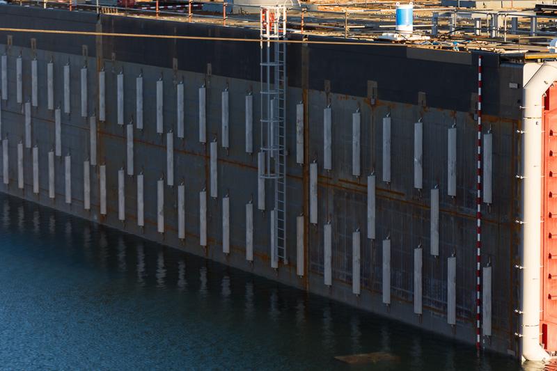 側面には防蝕のためにアルミの陽極が344本(各側172個)が取り付けられている