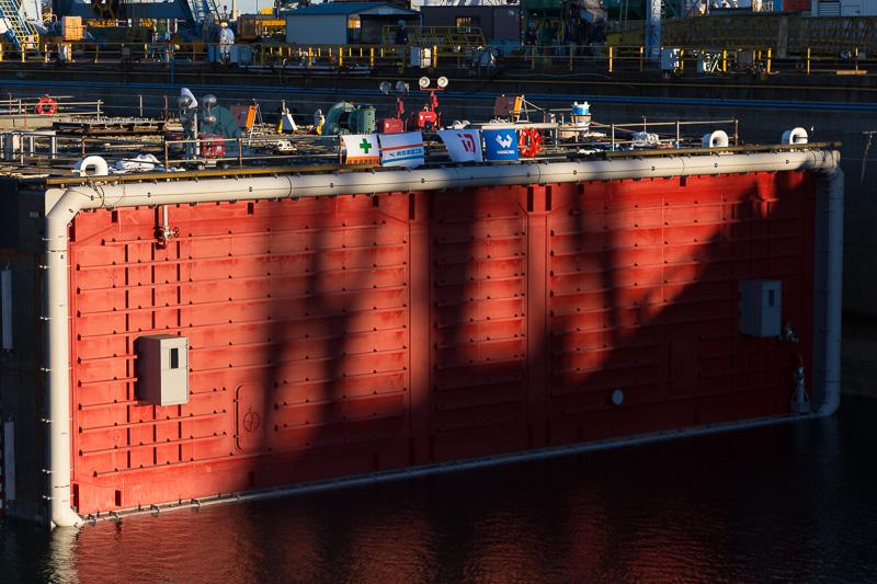 水に浮かべて作業するため両側にバルクヘッドを取り付けている。これは2号函側(中央防波堤地区側)