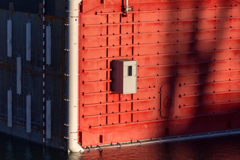 バルクヘッドにあるグレーの突起物が接合する隣の函との位置合わせに用いるもの。その脇に函同士を行き来するための扉が見える