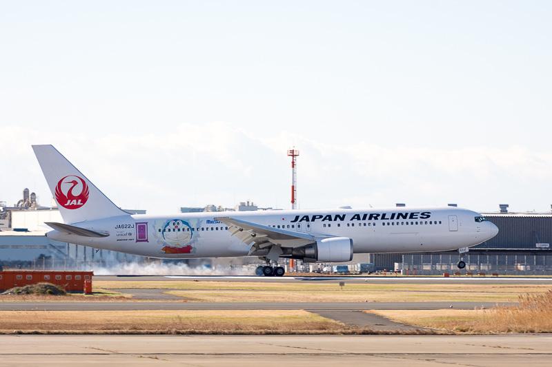 国内線向け特別塗装機「JAL ドラえもんJET」が日本到着。12月30日に運航を開始する