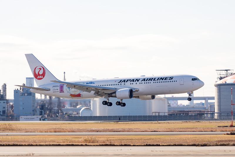 シンガポールでの整備から帰ってきた国内線向けの「JAL ドラえもんJET」がA滑走路に姿を現わした