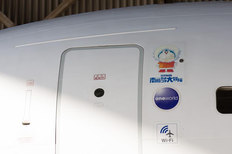 機体左前方のドアの脇にもドラえもん。搭乗客を出迎えてくれる