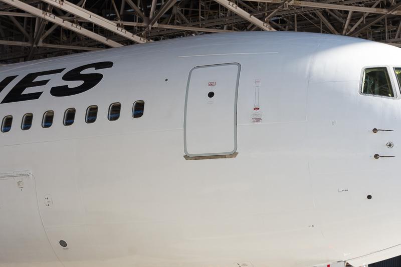 この小さなドラえもんは機体右前方ドアには描かれていない