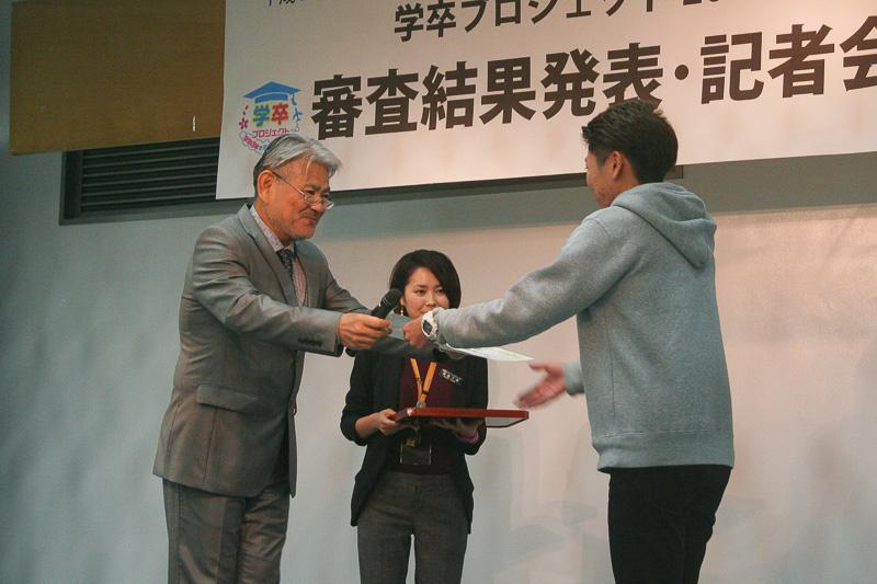 大学・短大部門グランプリの琉球大学・富原チーム。ポストカードのアイディア、地域の魅力再発見の視点などが評価された