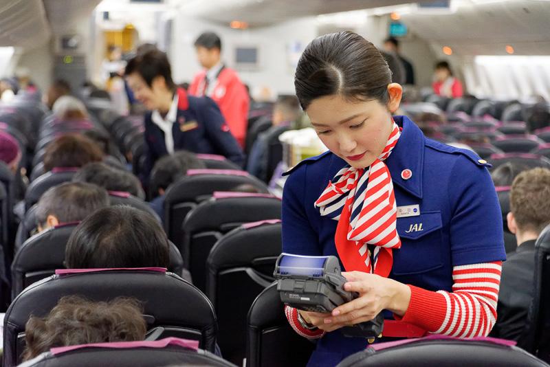 通常のフライトと同様、機内販売などのサービスも提供