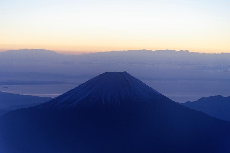 鑑賞ポイント到着直後、6時30分頃の富士山。空は白んでいるが、まだ太陽は顔を出していない