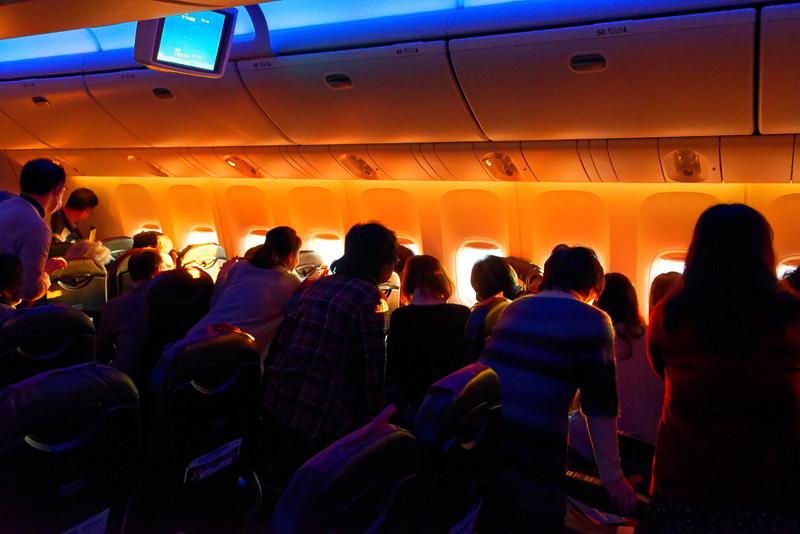 大勢が窓側に詰めかけ、富士山越しの御来光を拝む