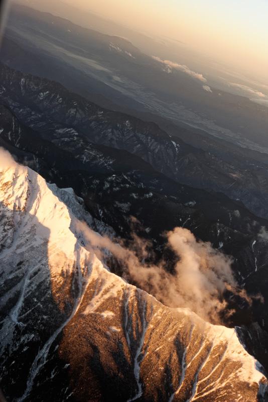朝日に照らされる山々