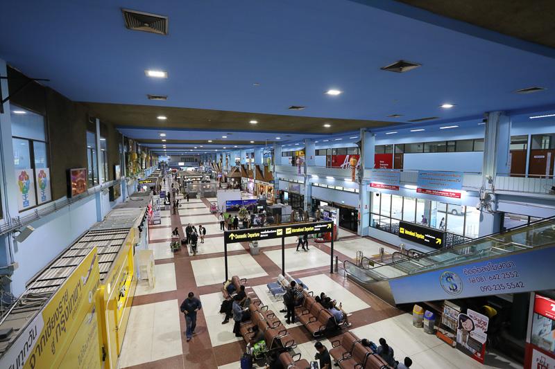 チェンライ国際空港。両替所やタクシーの手配など旅の始まりに必要なものはおおむねここで揃う