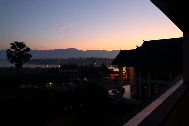 滞在中はメコン川を挟んだ向こう岸、ラオスの山々越しに見える夜明けを毎朝楽しめた