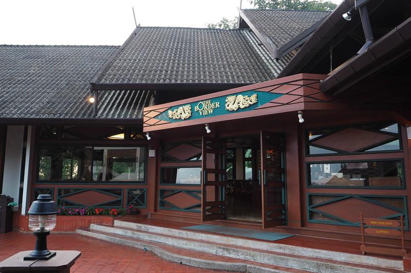 """朝食は""""THE BORDER VIEW""""というレストランでいただく。文字どおり国境を眺めながら食事ができるレストランだ"""