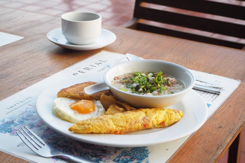 朝食はお粥など自分でタイ風に味付けできるものもあるが、全体的には癖のない洋食が中心だ