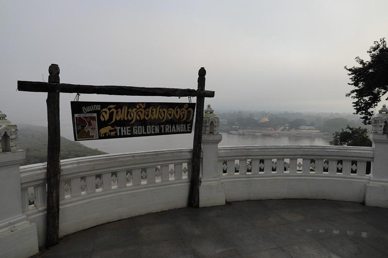 国境を見渡せる高台に看板やお土産物屋が並んでいるが朝早すぎてまだ開店前だった