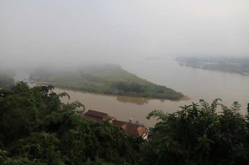 この日の早朝は残念ながら霧が出てしまったが右側にうっすら見えるのがラオス、左奥から突き出している尖ったところがミャンマーだ