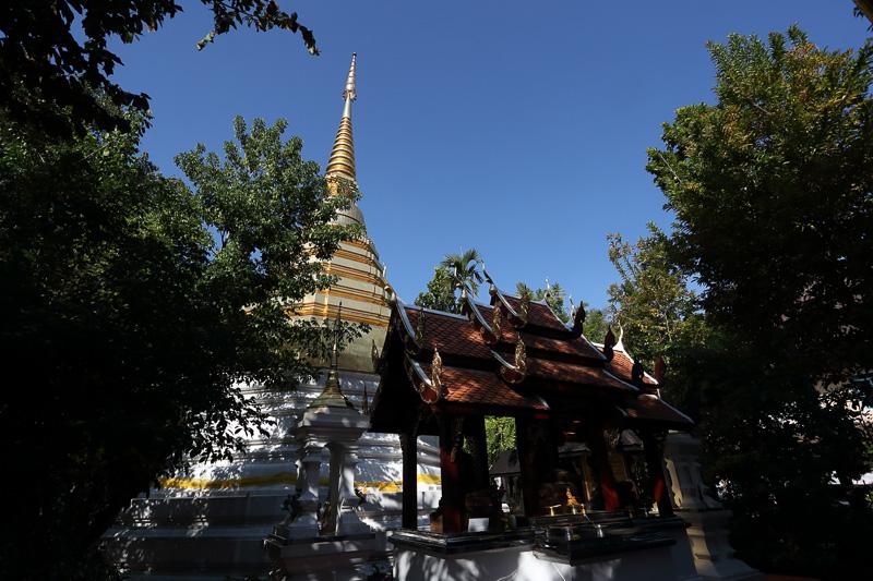 かつて落雷で破壊されたという仏塔も美しく復元されている