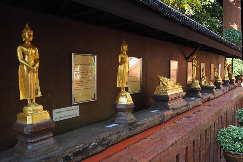 タイでは曜日ごとの仏さまがいるので自分の生まれた曜日の仏像にお祈りする人も多いとのことだ