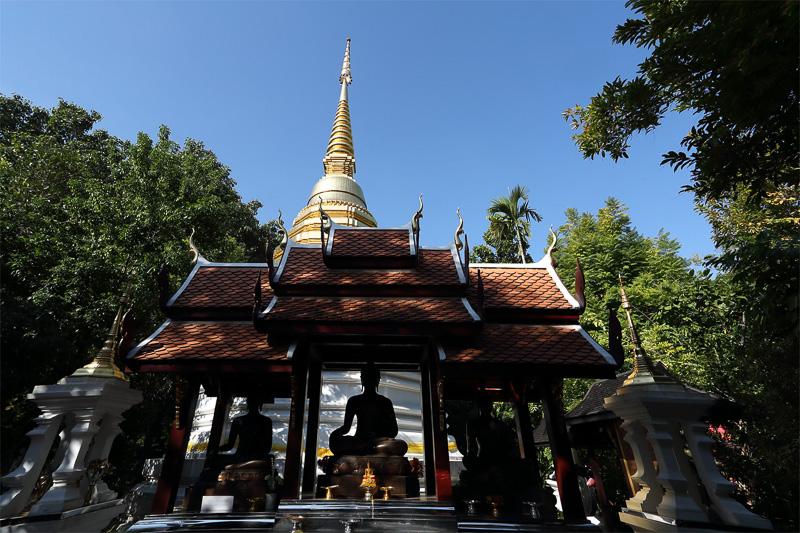 黄金に輝く仏塔と仏像