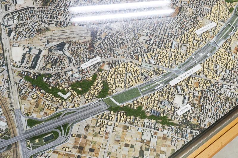 外環道千葉県区間の模型。今回見学した国道6号(写真左下)を高架で越える外環葛飾大橋~松戸IC(仮称)付近。中央付近に見える道路上の緑が矢切富士見公園