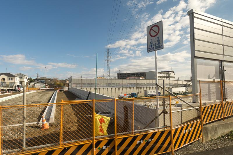 地下の高速道路の採光や通気のため、中央部分が大きく開口している箇所もある
