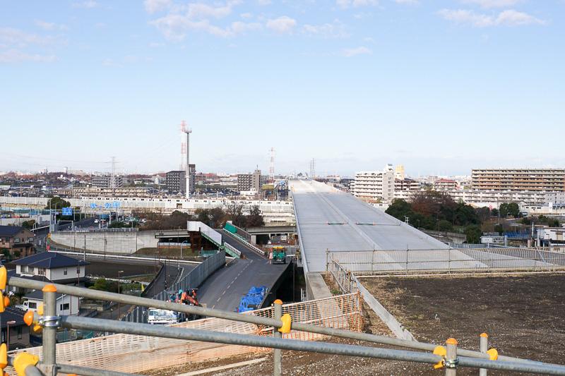 矢切富士見公園でトンネルが終了し、その先は高架の外環葛飾大橋となる。遠くに国道6号とJR常磐線が見える