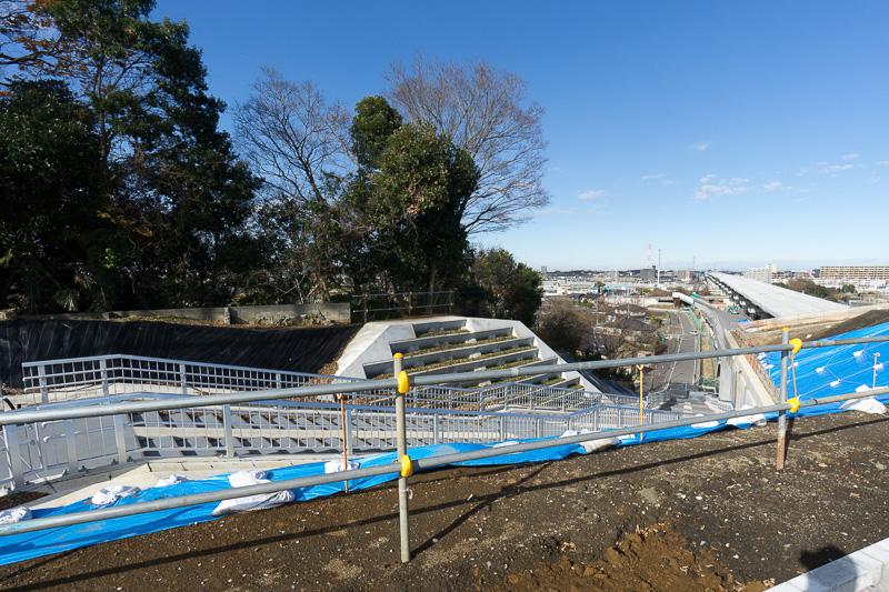 矢切富士見公園からは、歩道で下に降りる階段が用意されている